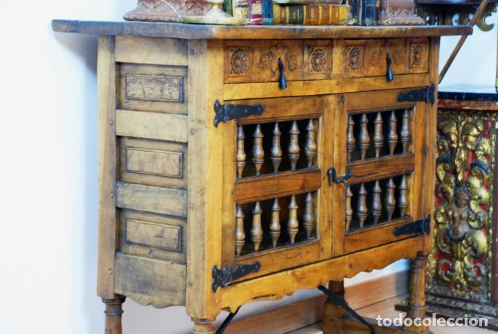 Antigüedades: Conjunto de muebles rústicos en madera maciza de nogal o similar. Armario y aparador castellanos. - Foto 6 - 205789621