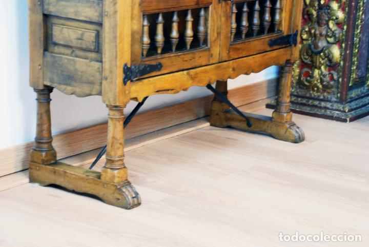 Antigüedades: Conjunto de muebles rústicos en madera maciza de nogal o similar. Armario y aparador castellanos. - Foto 7 - 205789621