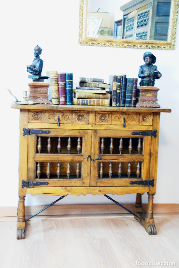 Antigüedades: Conjunto de muebles rústicos en madera maciza de nogal o similar. Armario y aparador castellanos. - Foto 8 - 205789621