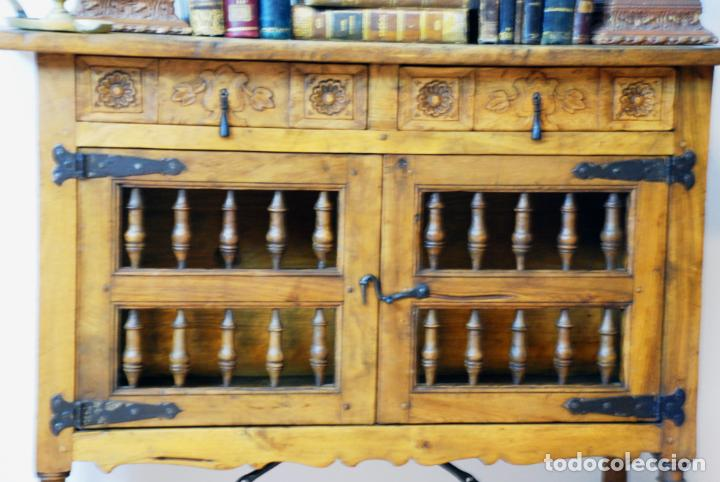 Antigüedades: Conjunto de muebles rústicos en madera maciza de nogal o similar. Armario y aparador castellanos. - Foto 9 - 205789621