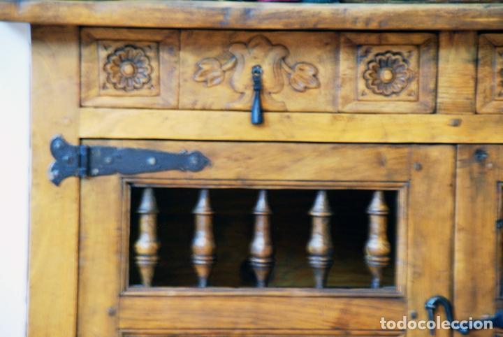 Antigüedades: Conjunto de muebles rústicos en madera maciza de nogal o similar. Armario y aparador castellanos. - Foto 10 - 205789621