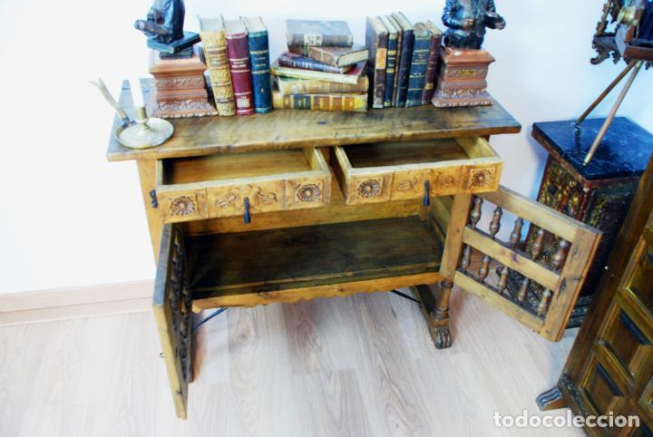 Antigüedades: Conjunto de muebles rústicos en madera maciza de nogal o similar. Armario y aparador castellanos. - Foto 11 - 205789621