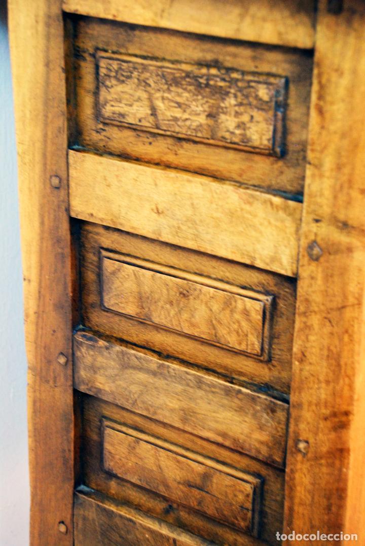 Antigüedades: Conjunto de muebles rústicos en madera maciza de nogal o similar. Armario y aparador castellanos. - Foto 13 - 205789621