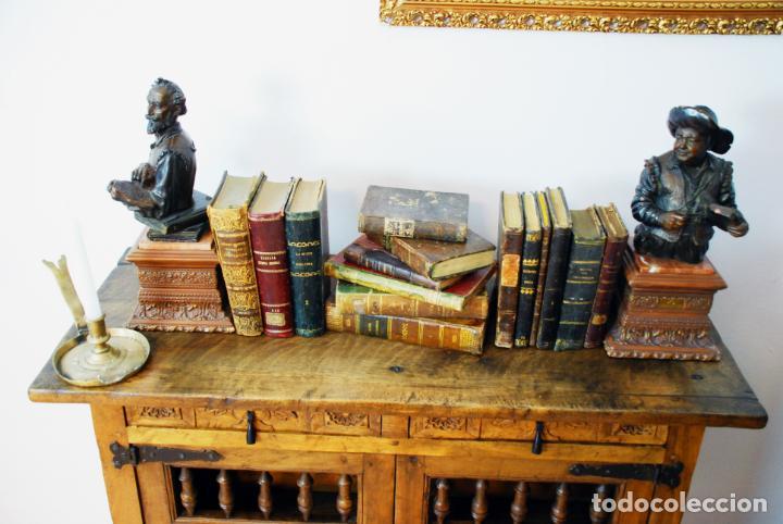 Antigüedades: Conjunto de muebles rústicos en madera maciza de nogal o similar. Armario y aparador castellanos. - Foto 14 - 205789621