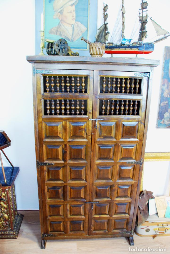 Antigüedades: Conjunto de muebles rústicos en madera maciza de nogal o similar. Armario y aparador castellanos. - Foto 15 - 205789621