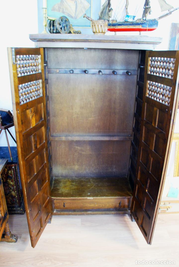 Antigüedades: Conjunto de muebles rústicos en madera maciza de nogal o similar. Armario y aparador castellanos. - Foto 16 - 205789621