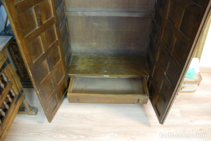 Antigüedades: Conjunto de muebles rústicos en madera maciza de nogal o similar. Armario y aparador castellanos. - Foto 17 - 205789621
