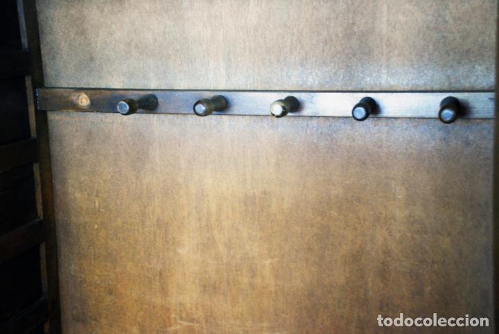 Antigüedades: Conjunto de muebles rústicos en madera maciza de nogal o similar. Armario y aparador castellanos. - Foto 18 - 205789621