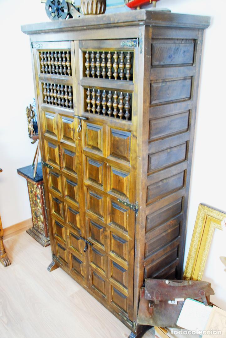 Antigüedades: Conjunto de muebles rústicos en madera maciza de nogal o similar. Armario y aparador castellanos. - Foto 19 - 205789621