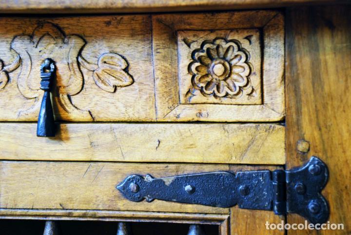 Antigüedades: Conjunto de muebles rústicos en madera maciza de nogal o similar. Armario y aparador castellanos. - Foto 22 - 205789621