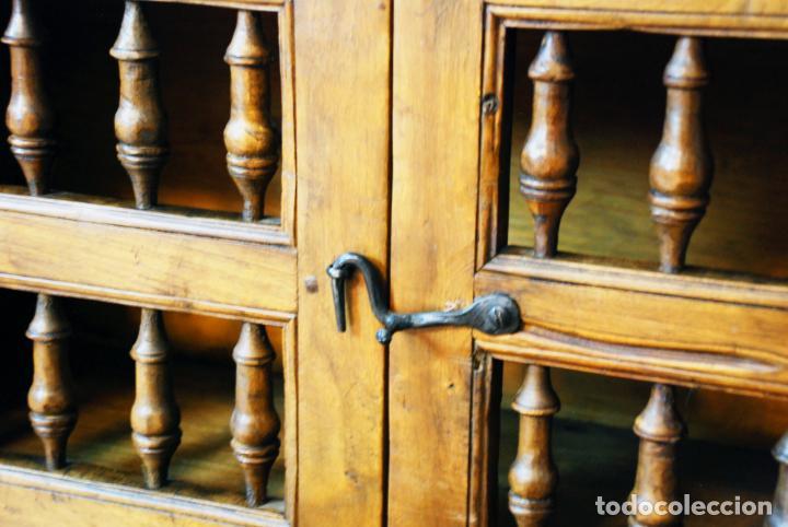 Antigüedades: Conjunto de muebles rústicos en madera maciza de nogal o similar. Armario y aparador castellanos. - Foto 23 - 205789621