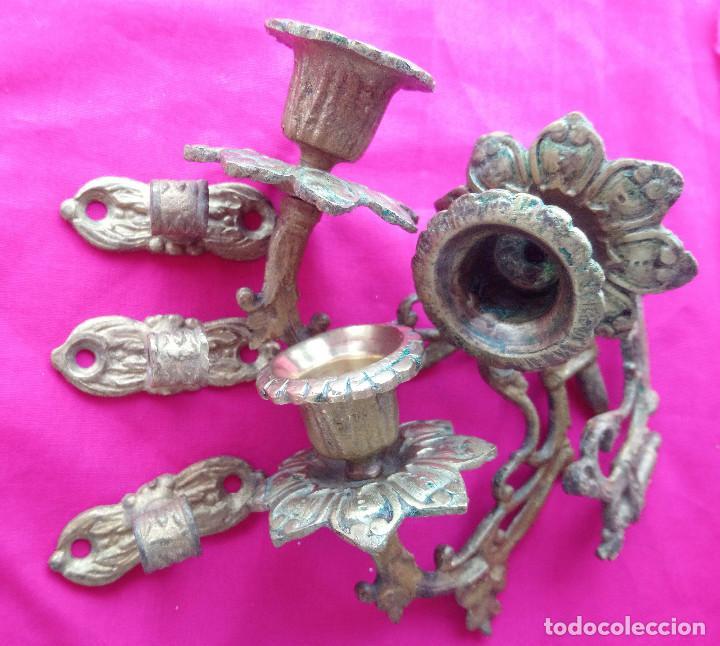 Antigüedades: Tres palmatorias o portavelas (candelabros) antiguos de metal no ferrico con su soporte de pared, - Foto 4 - 240909840