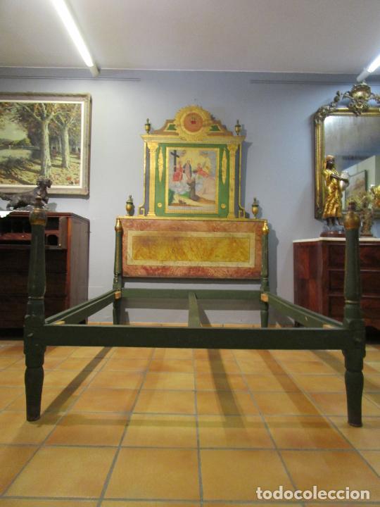 ANTIGUA CAMA DE OLOT - ESTILO NEOCLÁSICO -ESCENA DE SAN FRANCISCO, CON INSCRIPCIÓN -FINALES S. XVIII (Antigüedades - Muebles Antiguos - Camas Antiguas)