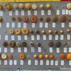 Oggetti Antichi: ANTIGUO HOJA DE MUESTRARIO DE BOTONES DE MERCERIA. Lote 205813707