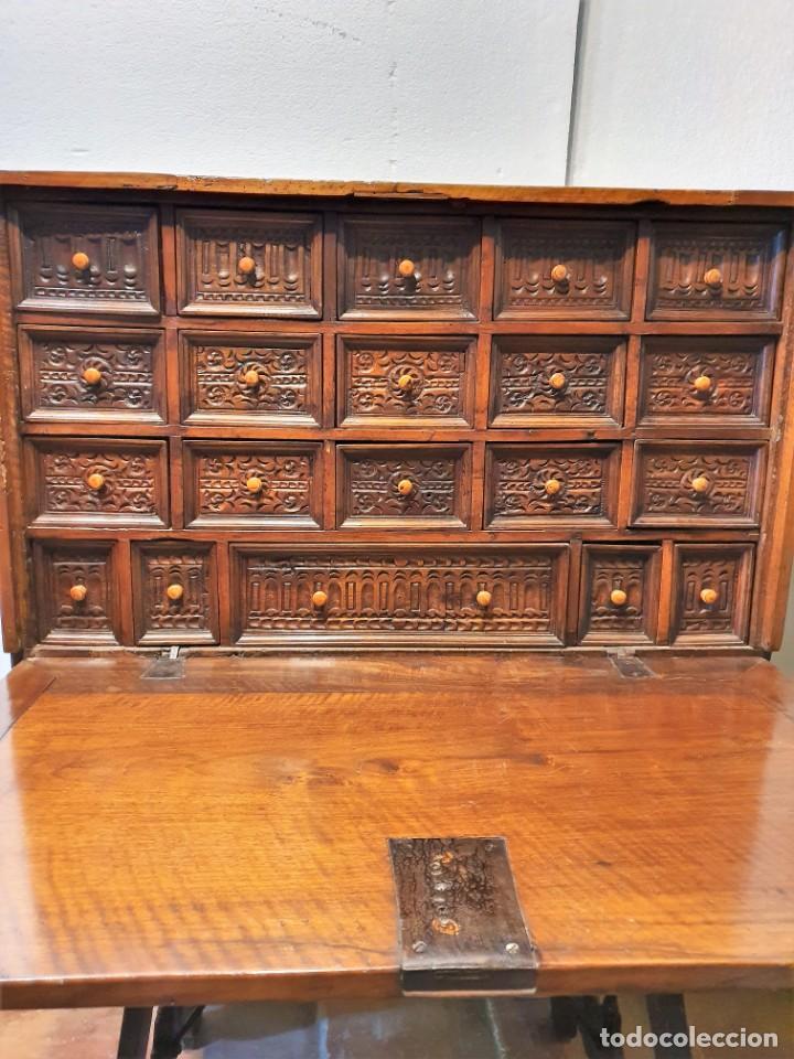 BARGUEÑO ESPAÑOL DE NOGAL S.XVIII CON MESA (Antigüedades - Muebles Antiguos - Bargueños Antiguos)