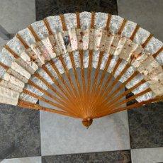 Antigüedades: ABANICO DE COMIENZOS S. XX. CON BORDADOS Y PINTADO A MANO MOTIVO PÁJAROS. Lote 205881255