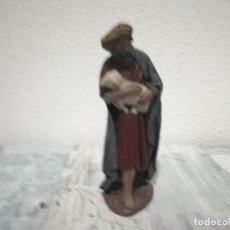 Antigüedades: ANTIGUA FIGURA PASTOR CORDERO EN BRAZOS PARA BELÉN PESEBRE NACIMIENTO HUEVO FRITO CACHARRERIA. Lote 206187741