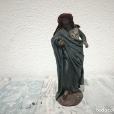 Antigüedades: ANTIGUA FIGURA PASTOR DE CAMINO PARA BELÉN PESEBRE NACIMIENTO HUEVO FRITO CACHARRERIA. Lote 206187850
