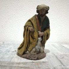 Antigüedades: ANTIGUA FIGURA PASTOR OFRENDA ARTESANÍA SERRANO BELÉN PESEBRE NACIMIENTO HUEVO FRITO CACHARRERIA. Lote 206188102