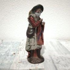 Antigüedades: ANTIGUA FIGURA PASTOR CON NARANJAS ARTESANIA SERRANO BELÉN PESEBRE NACIMIENTO HUEVO FRITO CACHARRE. Lote 206188146