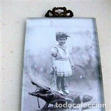 Antigüedades: PORTAFOTO DE CRISTAL BISELADO 16,5 X 11 CMS CON COPETE. Lote 116520175