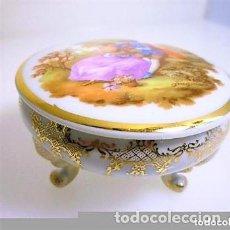 Antiquités: PEQUEÑO JOYERO PORCELANA LIMOGES CON PATAS DOBLEMENTE SELLADO 7 CMS X 4 CMS. ALTURA. Lote 235895825