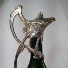 Antigüedades: JARRA MODERNISTA MANUFACTURA HARRACH. CRISTAL JASPER CON INCLUSIONES. BAÑO PLATA. CIRCA 1880.. Lote 206214051