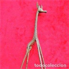 Antiquités: JIRAFA DE BRONCE MACIZO CON MINUCIOSA DECORACIÓN 33 CMS.. Lote 175087418