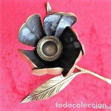 Antigüedades: PORTAVELAS, CANDELABRO FORMA DE FLOR CUYOS PÉTALOS SE CONVIERTEN EN CENICEROS. BRONCE MACIZO. Lote 175741639