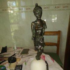 Antigüedades: FIGURA DE BRONCE CON PEANA DE PIEDRA, 42 CM, ENVÍO GRATIS. Lote 206238738