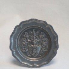 Antigüedades: PEQUEÑO PLATITO DE PELTRE CON ESCUDO HERÁLDICO. Lote 206243508