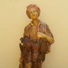 Antigüedades: ANTIGUA FIGURA JOVEN AYUDANTE DE CAZA GRAN TAMAÑO, MIDE 73 CM DE ALTURA. Lote 206267960
