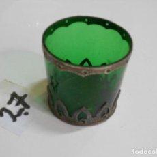 Antigüedades: ANTIGUO VASO DE CRISTAL VERDE CON BASE METALICA REPUJADO. Lote 206274267