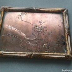 Antigüedades: PLACA CHINA EN COBRE Y DETALLES DE FLORES EN PLATA. PRINCIPIO DE SIGLO. FIRMADO POR AUTOR.. Lote 206278751