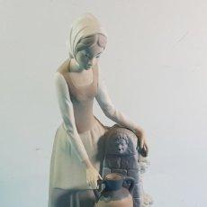 Antigüedades: FIGURA DE PORCELANA MATE NAO MOZA EN LA FUENTE 29 CM ALTO, CHICA, MUJER, JOVEN, CANTARO, BUEN ESTADO. Lote 206305433