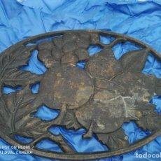 Antigüedades: ANTIGUO SALVAMANTEL HIERRO RUSTICO CLASICO POSACAZOS, CENTRO DE MESA. Lote 206305963