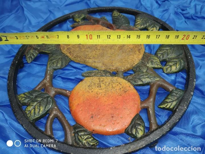 Antigüedades: salvamantel hierro decorado frutas centro de mesa para posacazos, cafetera, rustico rural - Foto 2 - 206306122
