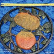 Antigüedades: SALVAMANTEL HIERRO DECORADO FRUTAS CENTRO DE MESA PARA POSACAZOS, CAFETERA, RUSTICO RURAL. Lote 206306122