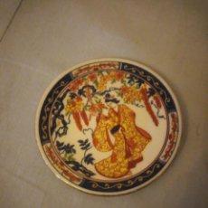 Antigüedades: PEQUEÑO PLATO DE PORCELANA CHINA, IMAGEN GEISHA. Lote 206325553
