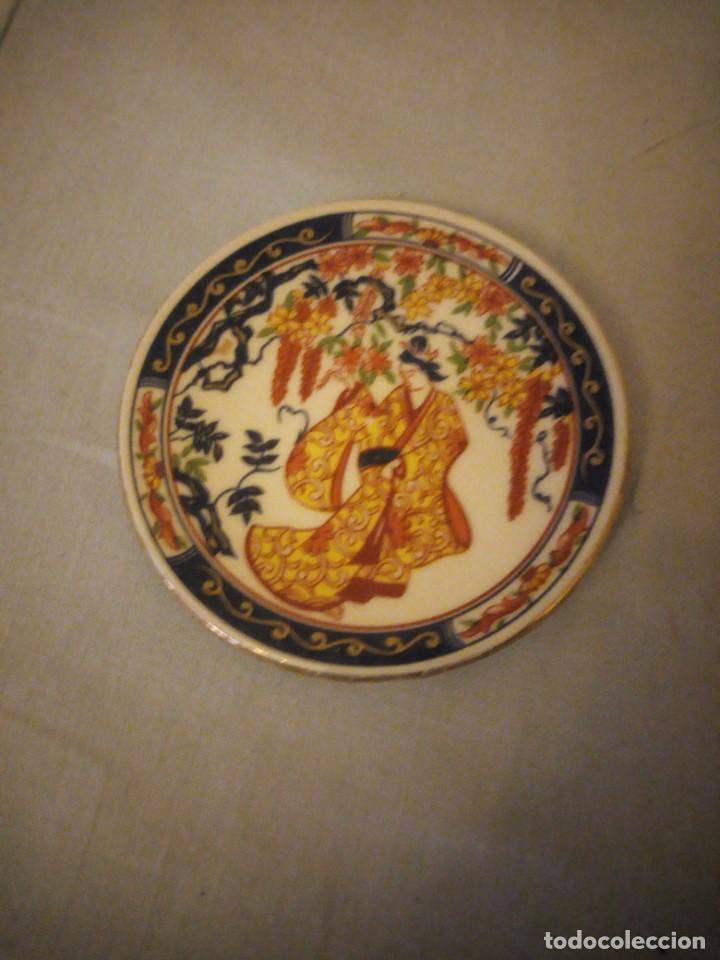 Antigüedades: Pequeño plato de porcelana china, imagen geisha - Foto 2 - 206325553