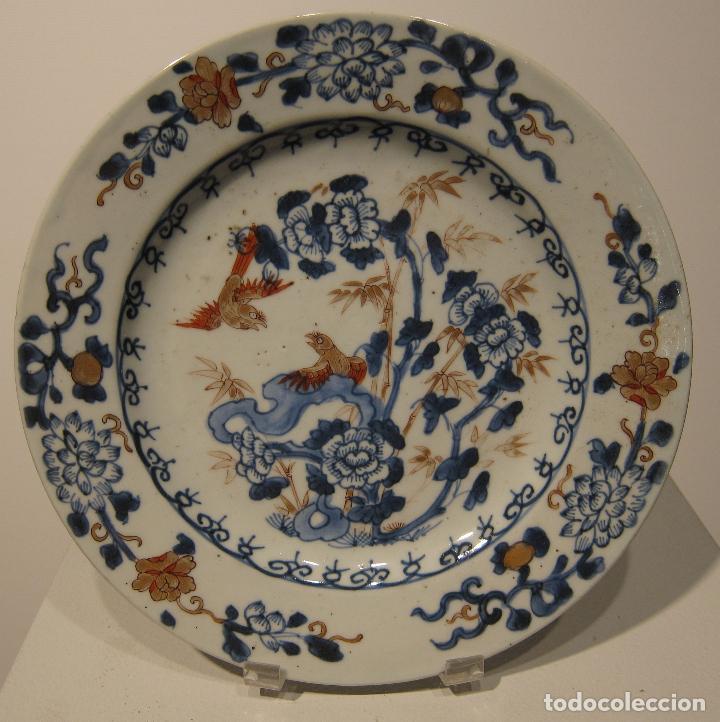 ANTIGUO PLATO IMARI. JAPON . SIGLO XVIII - XIX. DIÁMETRO 23 CM. DECORACIÓN EN AZUL, ROJO Y DORADO (Antigüedades - Porcelana y Cerámica - Japón)