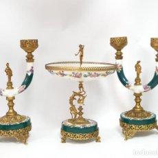 Antigüedades: FRUTERO ITALIANO GRANDE DE PORCELANA Y PAR DE CANDELABROS CON DOS BRAZOS - ALFA ITALY SEGUNDA MITAD. Lote 206330612