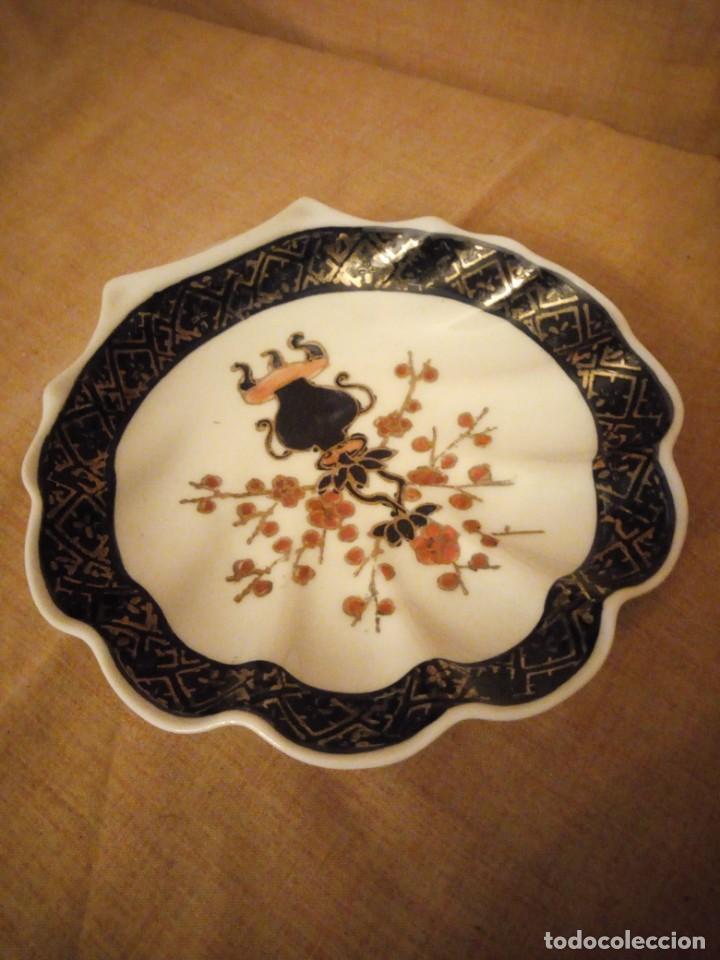 Antigüedades: plato de porcelana para aperitivos forma de almeja made in hong kong,pintado a mano. - Foto 2 - 206331906