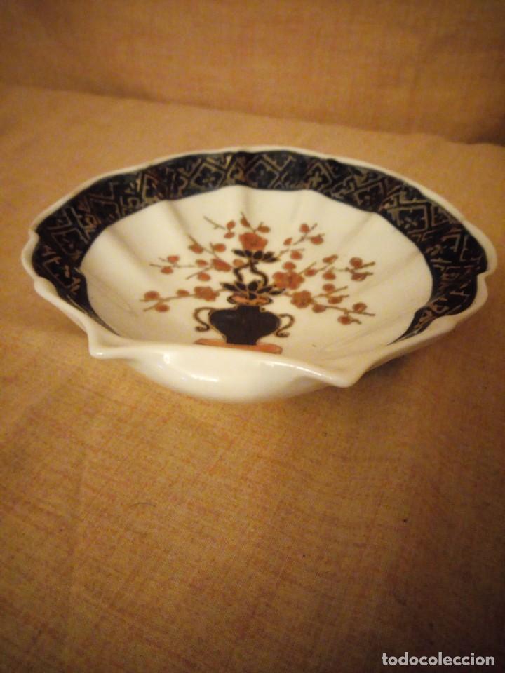 Antigüedades: plato de porcelana para aperitivos forma de almeja made in hong kong,pintado a mano. - Foto 4 - 206331906