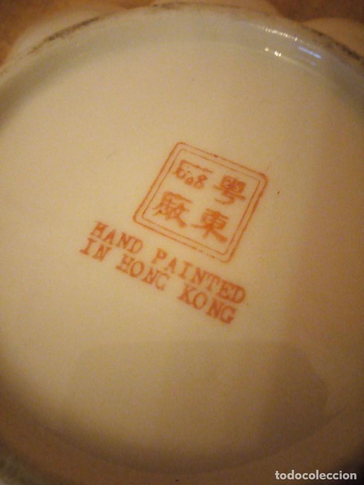 Antigüedades: plato de porcelana para aperitivos forma de almeja made in hong kong,pintado a mano. - Foto 5 - 206331906