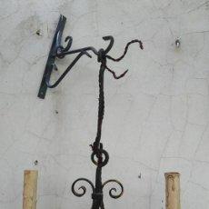 Antigüedades: ANTIGUA LAMPARA CANDELABRO PORTAVELAS HIERRO CLASICA CASA RURAL RUSTICA,TIPO MEDIEVAL CON COLGANTE. Lote 206306875