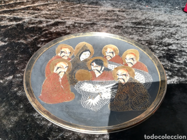 Antigüedades: Antiguo plato de porcelana japonesa 7 monjes en oro - Foto 3 - 206401317