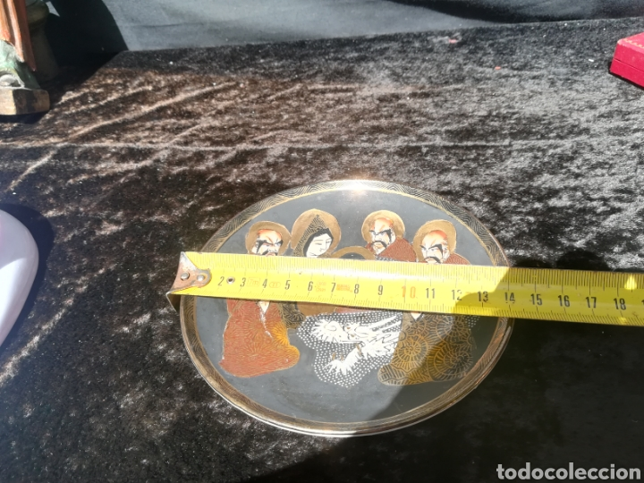 Antigüedades: Antiguo plato de porcelana japonesa 7 monjes en oro - Foto 4 - 206401317