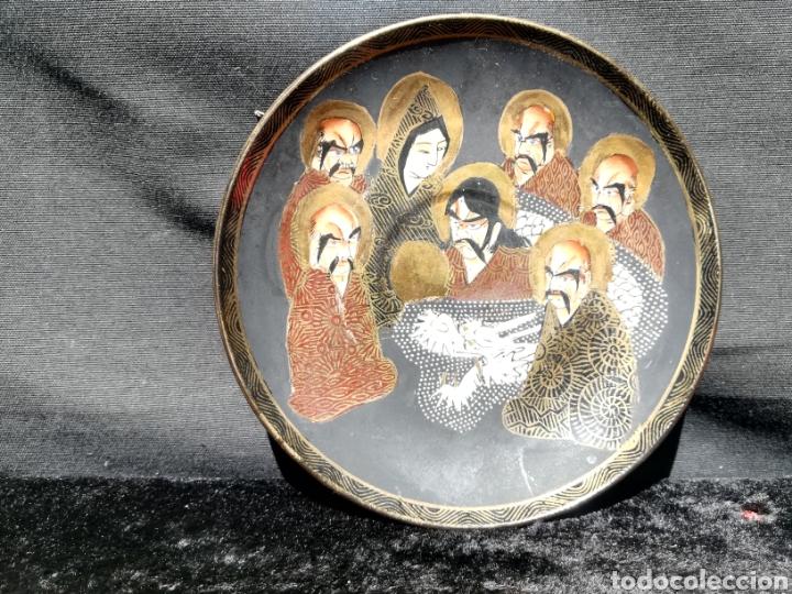 ANTIGUO PLATO DE PORCELANA JAPONESA 7 MONJES EN ORO (Antigüedades - Porcelana y Cerámica - Japón)