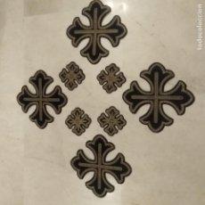 Antigüedades: ANTIGUAS CRUCES BORDADAS EN HILO DE ORO SOBRE TERCIOPELO. Lote 206409166